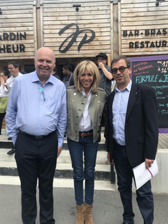 Brigitte Macron entourée de Pierre Maly, Directeur et Francois Xavier Henry de Villeneuve, chargé de mission UNEA